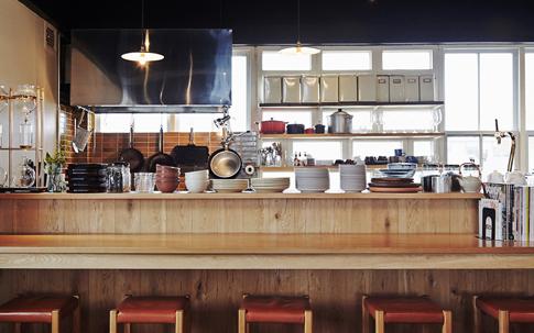 2Fのカフェスペース「ON THE TABLE」は東京を拠点とする「ランドスケーププロダクツ」が手がけた。カウンターと、中央にはロングテーブルがあり「みなで囲む食事はいっそういいものになる」という思いをこめてランドスケーププロダクツの中原慎一郎さんがデザインしてくれたものだという。