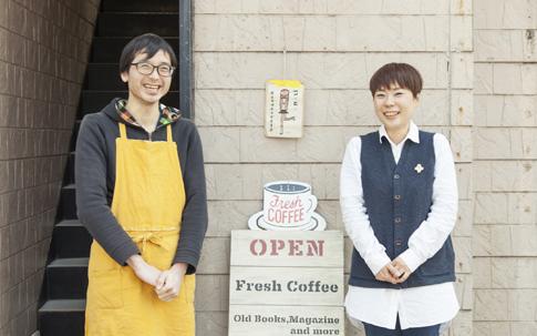 ブックカフェ「C&B」の伊部さん(左)と中村さん(右)。