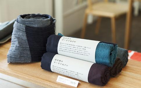 肌にやさしい超長綿を織り込んだ「絹+綿(けんとめん)」のガーゼてぬぐい。汗をふいても、ストールのように首に巻いても素敵。