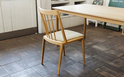 村澤さんがデザインした宮崎椅子製作所の椅子。mother toolには、ほかにも手の届く価格帯の同社の椅子を揃えている。