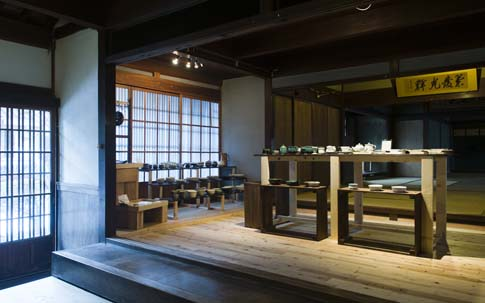 入り口を入って右手には、山田さんが集めてきた陶磁器が並ぶショップ。奥に広がる大広間ではイベントが開かれることも。