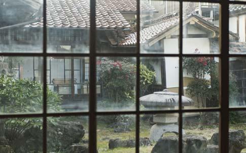 菜々子さんの染色の工房からは中庭が見え、とても居心地のいい空間。