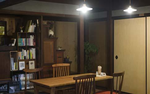 食堂にあるイスは、すべてもともとこの家にあったものを貴美さんを筆頭にリメイク。ヤスリをかけて、オイルを塗り、座面も張り替えた。「同じイスだったの? と思う。見違えました!」と菜々子さん。