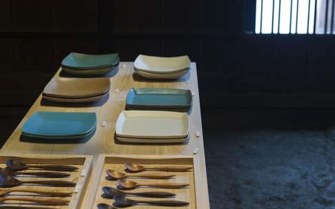 難波邸の玄関土間に並ぶのは、埼玉県の陶芸作家・飯高幸作さんの器と、手前にある木のスプーンは哲也さんがつくったもの。