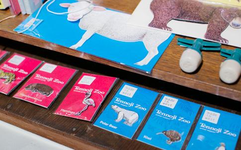 天王寺動物園の動物たちをモチーフとした刺繍ワッペンとそのピンバッチ。天王寺動物園の飼育員さんに聞きながらスケッチから描きおこしたという。