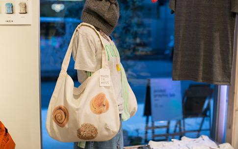 神戸、京都、大阪のパンの名店でつくられている実際のパンをプリントしたパントート。「不思議と関東のほうが売れるんです」(神崎さん)