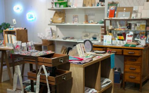 可愛らしい内装の店内には、prideliがセレクトした雑貨と一緒にmade in westのプロダクトも並ぶ。奥の壁に飾られているのは、ネオンによる身近な照明を提案するプロジェクト「oncan」による新作。
