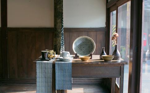 掛谷康樹さんの練りこみの皿は整いすぎす、それがまた格好いい。プラグでは掛谷さんの器は大きなものが特に人気。