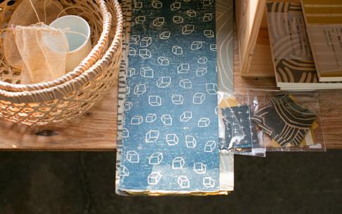 綾部で黒谷和紙をつくるハタノワタルさんの雑貨。ブックカバーや日記帳など、手に取りやすい。
