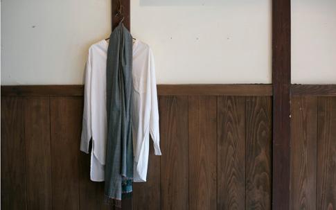 ラオスの手仕事を扱う「H.P.E」谷 由紀子さんのシルクショール。綿の仕事もいいが、絹の仕事もすばらしい、と吉成さん。