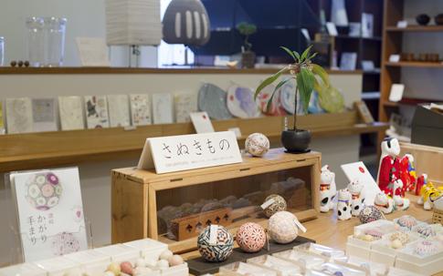 香川でつくられている工芸品やインテリアが集う。写真中央に並べられているのが讃岐かがり手まり®。右手にあるのが高松張子。また、ここは丸亀市にある猪熊弦一郎現代美術館のオリジナルグッズが買える貴重なお店でもある。