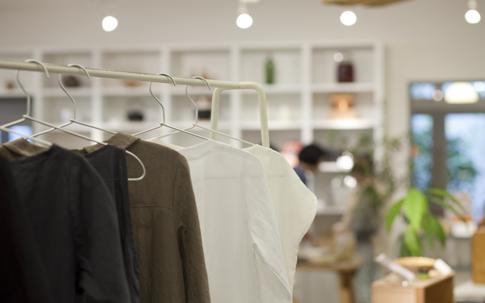 着心地のよさそうな衣服が並ぶ。大橋歩さんのブランド「a.(エードット)」も置かれている。