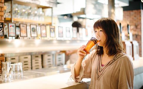 「よなよなエール」を適温で提供する「よなよなビアキッチン 赤坂店」。福岡さんもおいしそうに喉を鳴らします。