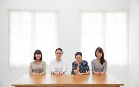 """左から、山本梨央さん、佐々木絵馬さん、菓子麻奈美さん、鈴木麻友美さん。年齢も職業も違う4人ですが、お酒もコーヒーも""""飲むのが大好き""""なのが共通点。"""