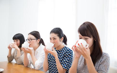 寒い冬はお部屋で飲むホットコーヒーが美味しいですよね。4人はコーヒーの立ちのぼる香りを感じ、終始リラックスムード。