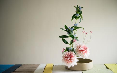 今回使用した花は、ダリアとりんどう。秋の草花を代表するりんどうもダリアも手軽に手に入ります。