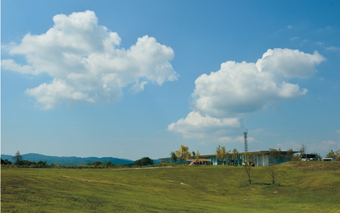 """新潟県三条市の丘陵地約5万坪の広大な敷地に建つ、スノーピーク本社""""Headquarters""""は、アウトドアファンのメッカ。オフィス、ストア、工場、そしてフリーサイトのキャンプフィールドが広がっています。"""