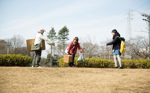 宮村さんたちが決めた場所は、公園の広場の小高い丘。高さがあるので開催場所として目立って探しやすく、桜の木と水場から近く、土地が平らと好条件です。