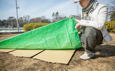 シートの下に段ボールを仕込む宮村さん。春の引っ越しシーズンに大量に出る段ボールもこのような便利グッズに。