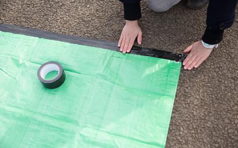 コンクリートやアスファルトにシートを張る時には、布テープや養生テープでシートを固定。テープは、場所取りの時に日付や名前を貼るときにも便利。