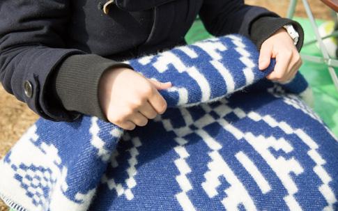 厚手の毛布でしっかり防寒。日中は陽射しが暖かでも、夕方になると急に冷え込みます。