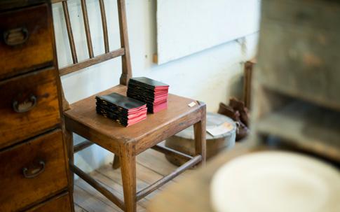 商品が置かれているこの椅子も販売されているもの。アンティークスタミゼでのスツールや椅子の使われ方はマネしたいですね。